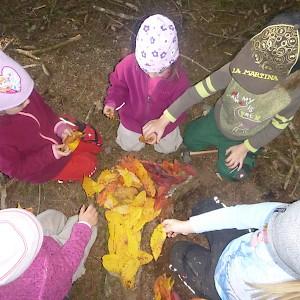 Der Baumstumpf wird mit Blattgold überzogen.