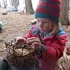 Ffleißige Osterhasengehilfen bauen Osternester.